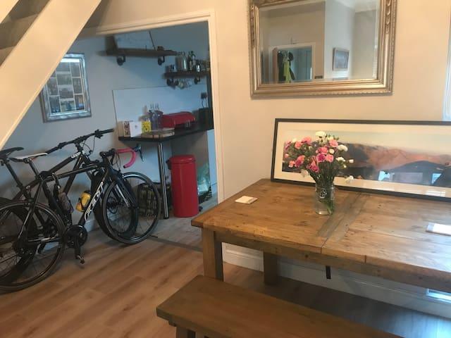 2 bedroom house 2 minutes from Llandaf station