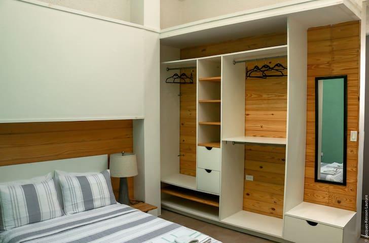 Master bedroom/ Chambre principale (photo1)