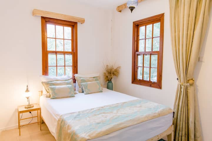 Small garden view room w balcony-150m to the beach