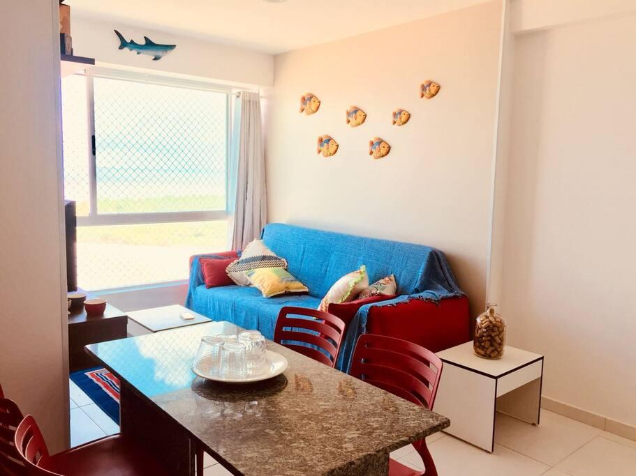 Sala com sofá-cama de casal, cortina divisória, ar condicionado, TV a Cabo e Wi-Fi.