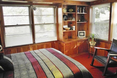 Pilgrims on Tinker Creek 2-Room Artist Guest Suite - Roanoke