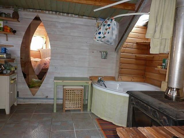 Cabane autogérée avec douche chaude et poele