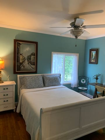 Beautiful Farm House (Queen bed upstairs)