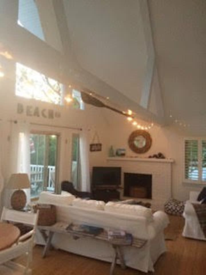 Bonnet Shores: Walking distance to Kelly Beach. Cottage is situated on a quiet residential road with a double lot. Five miles from Narragansett Town Beach and a close drive to Jamestown and Newport!