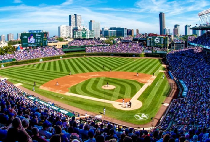 Have a Ball in Wrigleyville!FREE PARKING(Sleeps 6)