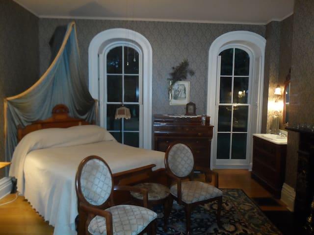 The Generals Room at Mayhurst Inn