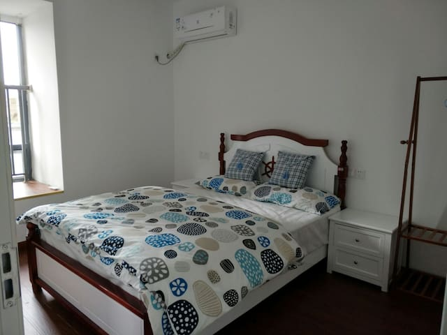 西津渡 高铁万达商圈 温馨干净大床房,单独卫浴的房源配有设施齐全的大厨房