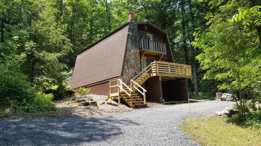 Lake access home with fire pit, gas grill, central a/c and free wifi!