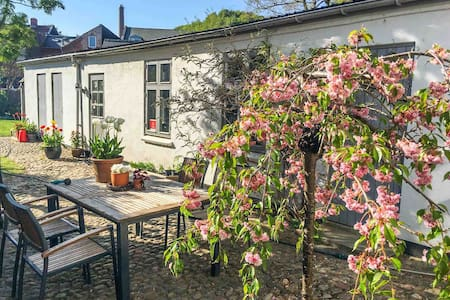"""The Suite"" private with courtyard - Central Vejle"