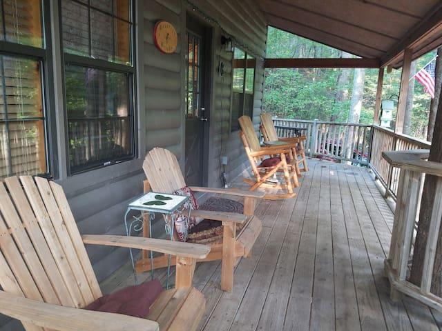 10%off-PeacefulcabinRelaxHottubWIFI-shortwalk2town