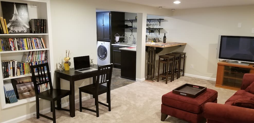 1 bedroom w/parking on Capitol Hill(walk score 91)