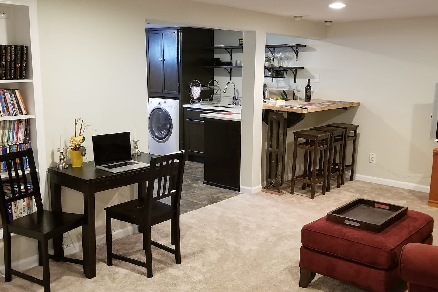 Place to relax with glass of wine, book, favorite movie or catch up on work/emails.  Smart TV is provided so that you can keep up-to date on your Netflix watch list or Amazon Videos.