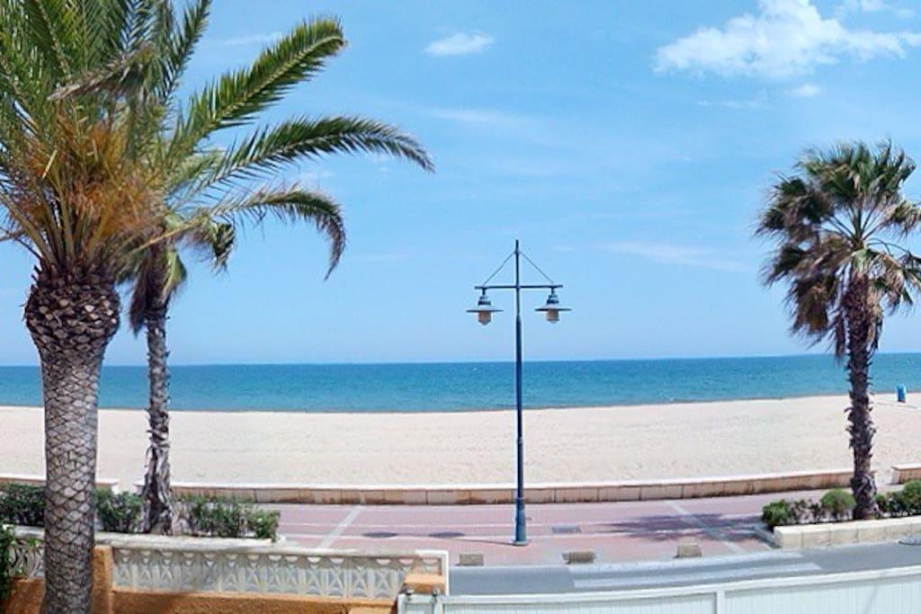 Situado frente a la playa