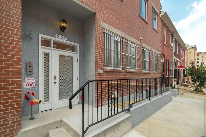 Downtown 2 BR /2 Bath Apt by Convention Center -4B