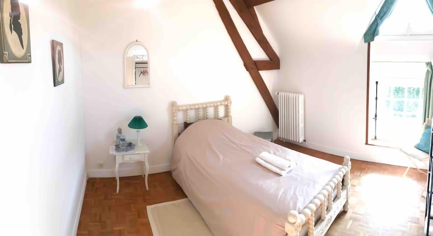 Chambre lit simple + salle de bain