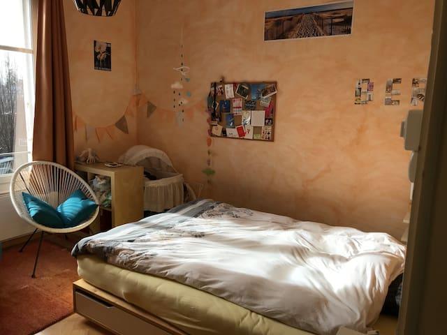 la chambre avec grand lit double