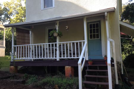 Quiet farmhouse in the center of town - Charlottesville - Rumah