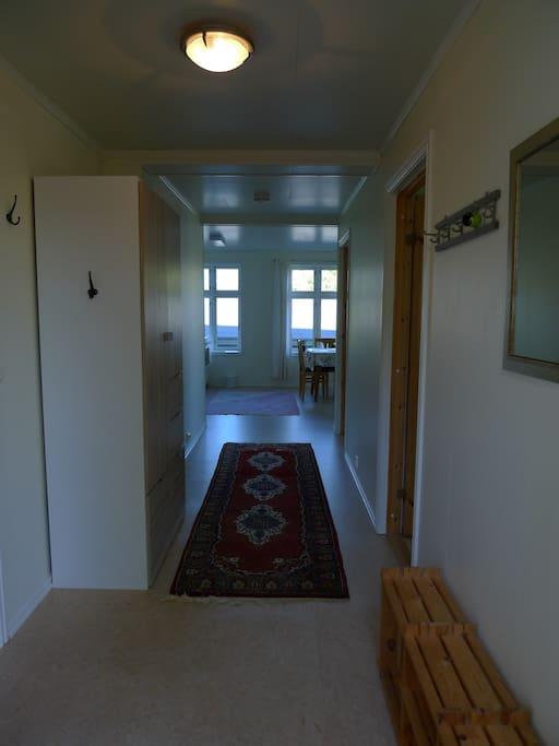 Gang med inngang til bad og soverom. Kjøkken/stue i enden