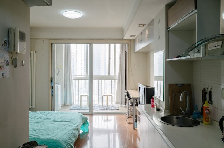 tidy room with balcony and window wohnungen zur miete in peking peking china. Black Bedroom Furniture Sets. Home Design Ideas