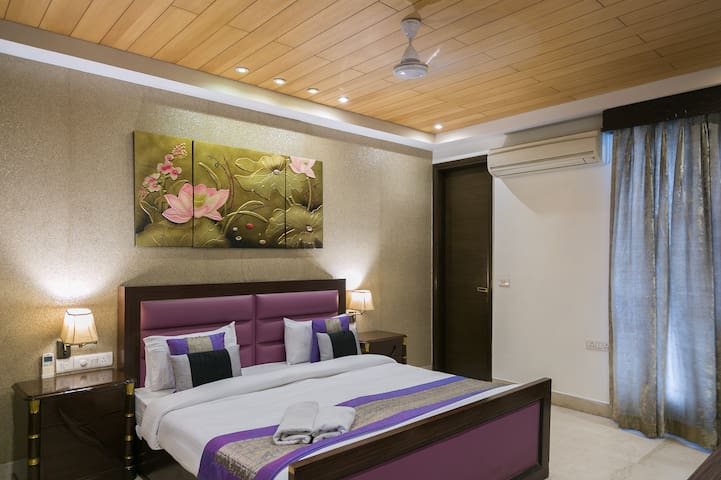 Under My Roof Premium Stay Near Delhi Haat :Room 4