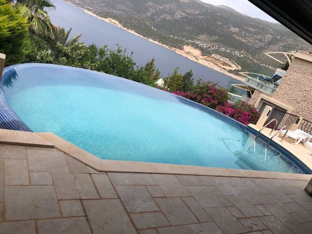 Havuzlu deniz manzaralı luks villa