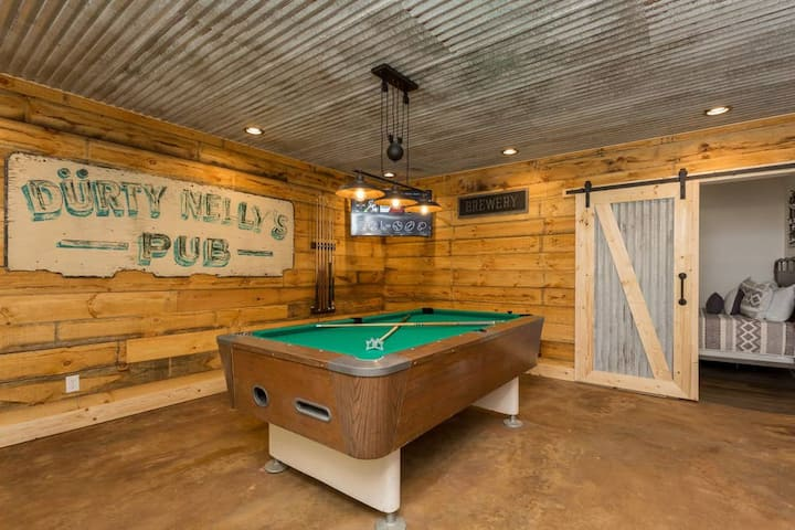 Beautiful Updated Cabin Hot Tub Billiards Fire table in Massanutten