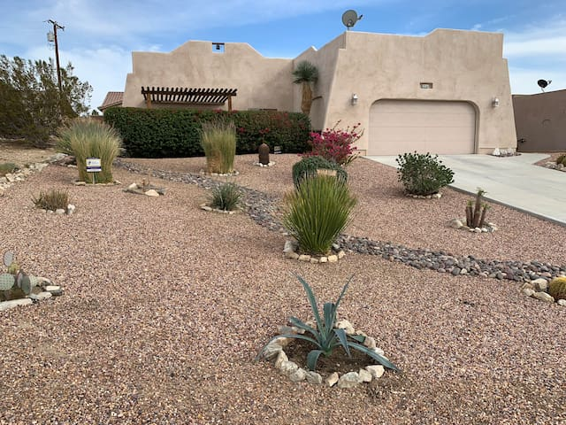 Tranquil Desert Retreat-short walk to hot springs!