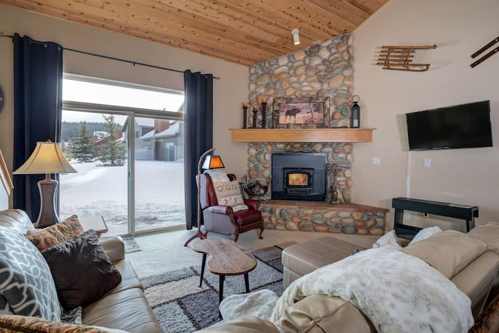 25% OFF ALL OF APRIL! Cozy Chalet in Town Center