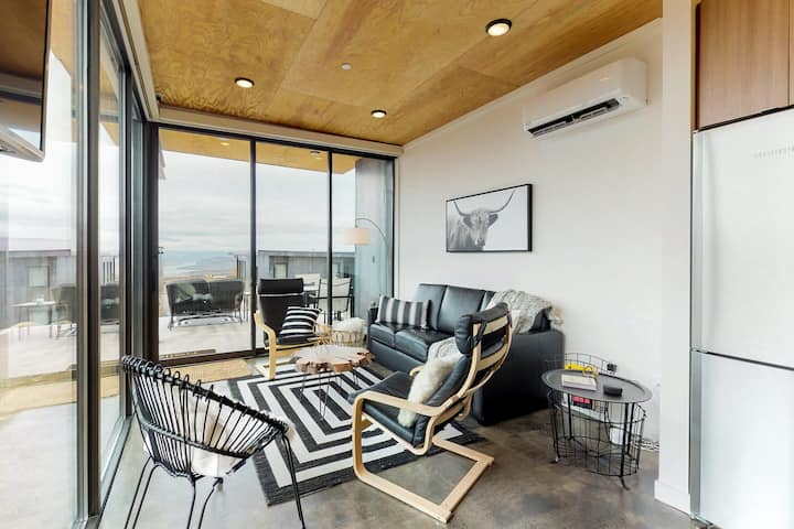Cozy, modern home w/ patio, firepit - walk to Cave B & Gorge Amphitheater