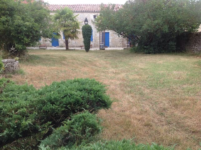 Ferme très ancienne typique région - Sainte-Gemme - House