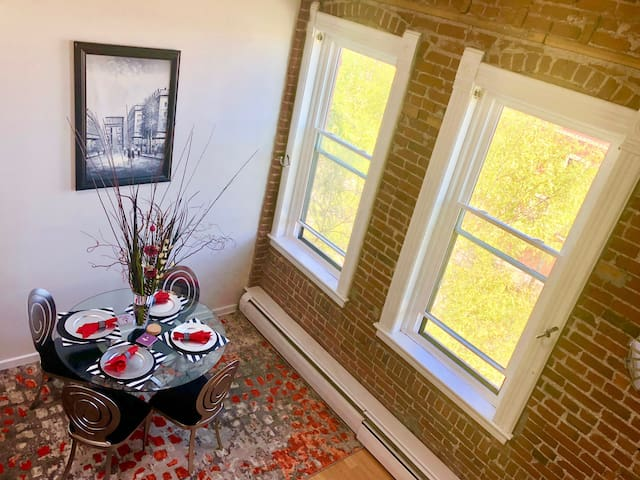 Modern & Historic-Downtown Loft-King Bed-Walkable!