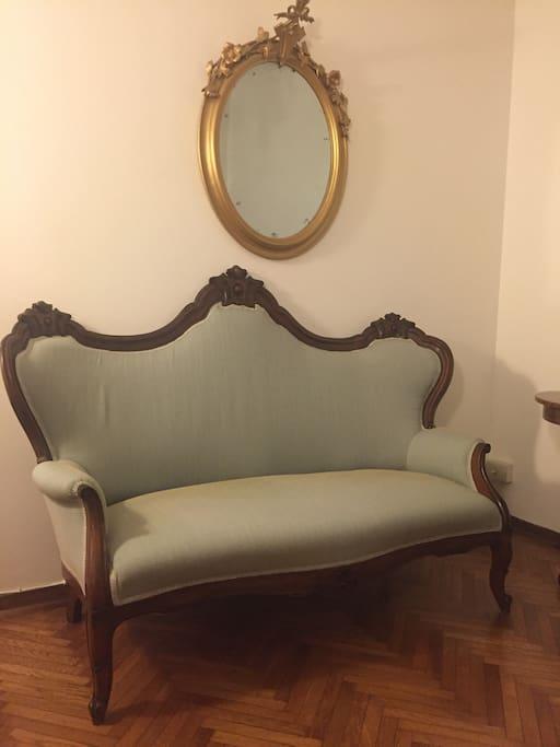 Il divano in noce di metà 800 - The mid-800s walnut sofa