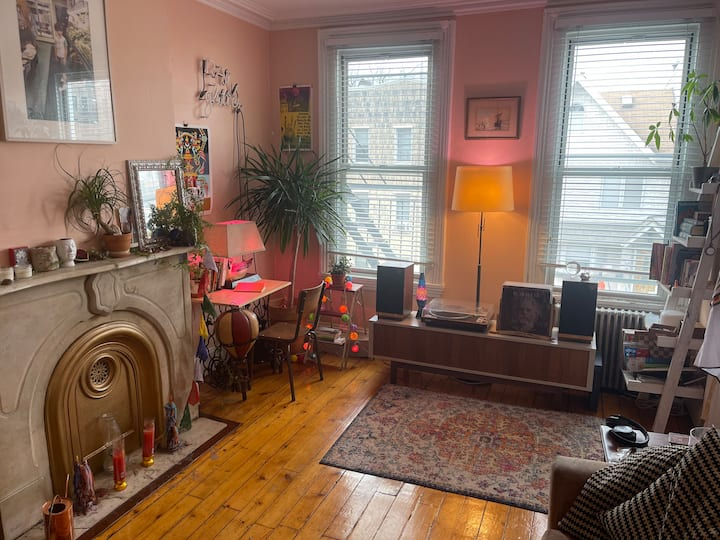 Cool & Cozy 2BR in the Heart of Williamsburg