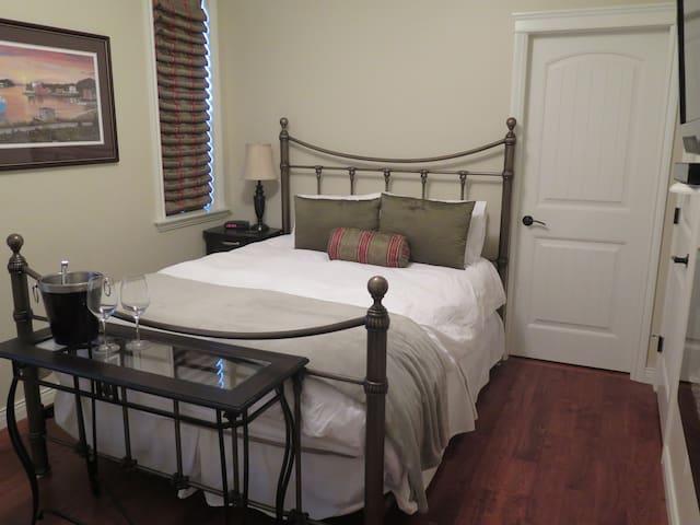Premium Queen Room - Cedar Room