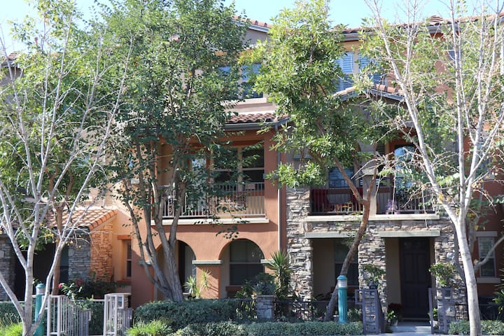 Claremont village townhouse - super walkable!
