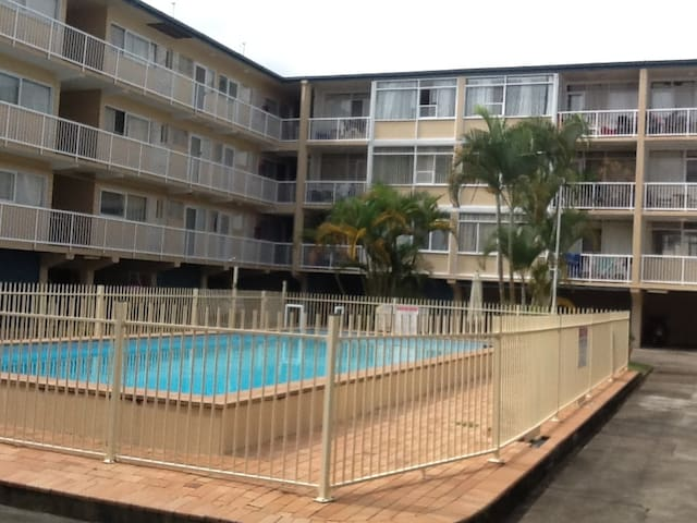 Beachfront Apartments at Burleigh Heads (gold!!). - Burleigh Heads - Lejlighed