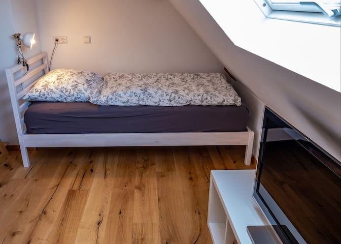 Zimmer 2 mit 2 Einzelbetten und TV