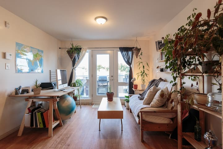 Sunny room close to metro station and the stadium!