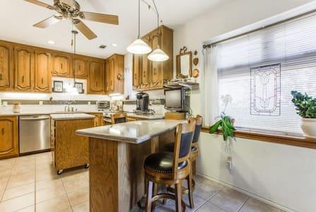 Great location, Private bedr/bathr - Dallas - Casa
