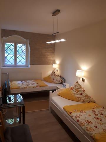 Hübsches Zweibettzimmer im Souterrain bei Berlin