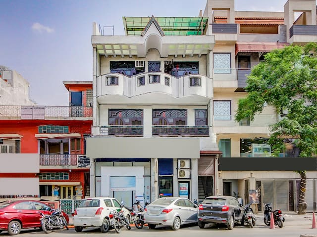 OYO - Lively 1BR Abode in Rajouri Garden w/ King Sized Bed