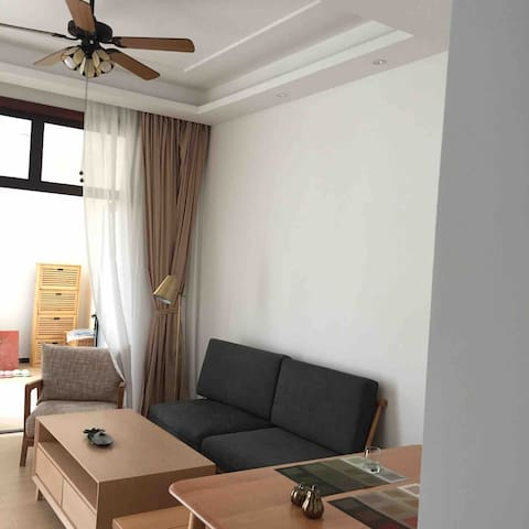 house with a big yard and 2 luxurious cozy suites. With central air-conditioning,free Wi-Fi,TV,electric-fan with wood blades. A cozy dinning zone with 4 comfortable chairs and table. 门外就是小院儿的餐厅与客厅。配有中央空调、高速无线网络、有线电视、木业电扇