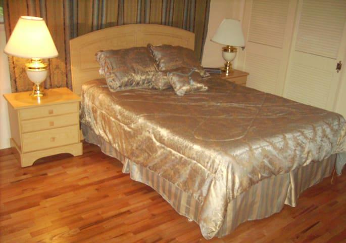 Private Room/Bath in Shoreline Colonial House. - Shoreline - Apartment
