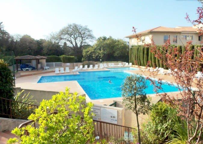 Saint Tropez centre: studio avec terrasse