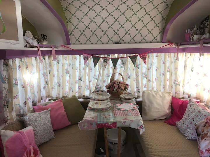 Vintage and cosy! Marilyn, the Safari caravan