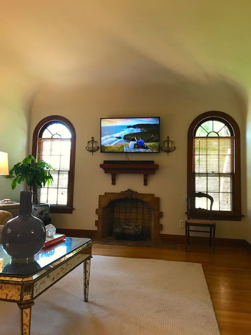 """Large main living area with 50"""" TV with Netflix, Amazon Prime and sports channels!"""