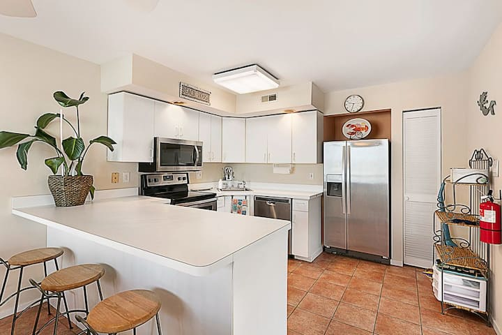 Newly Renovated Townhouse with Bay Views & Pool