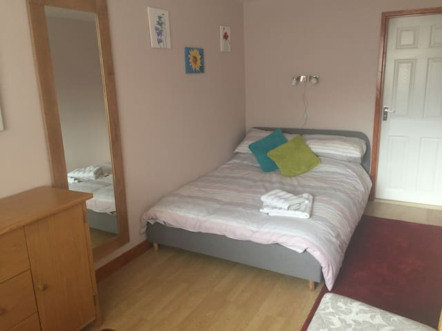 Ground floor double en-suite bedroom with parking