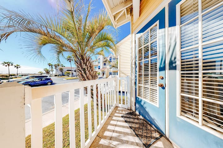 New listing! Beautiful, dog-friendly condo w/ a shared pool - close to the beach