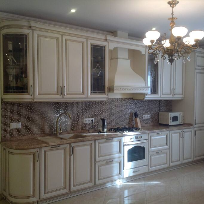 Kitchen set in the kitchen-living room. Кухонный гарнитур в кухне-гостиной